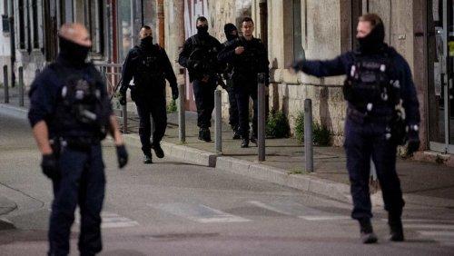 « On dit de ne pas laisser passer nos enfants par cette place »: après le meurtre d'un policier à Avignon, les habitants dénoncent la violence quotidienne et le trafic de drogue