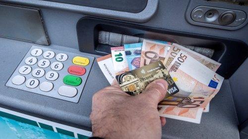 Après les agences, les banques s'attaquent à leurs distributeurs automatiques