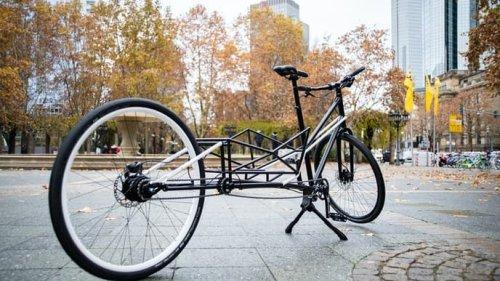 Cette bicyclette de ville se transforme en vélo cargo en un seul mouvement