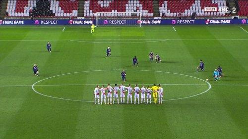 Slavia Prague-Arsenal: l'image forte des joueurs tchèques, qui n'ont pas mis le genou à terre