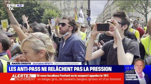 Plusieurs centaines de personnes rassemblées au métro Villiers à Paris avant le départ du cortège, pour manifester contre le pass sanitaire