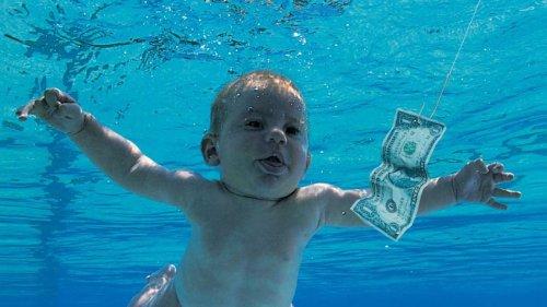 """Nirvana: devenu adulte, le célèbre """"bébé nu"""" de la pochette de """"Nevermind"""" porte plainte pour pédopornographie"""