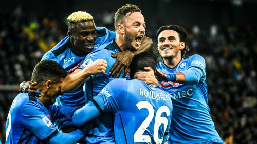 Serie A: Naples écrase l'Udinese et prend la tête