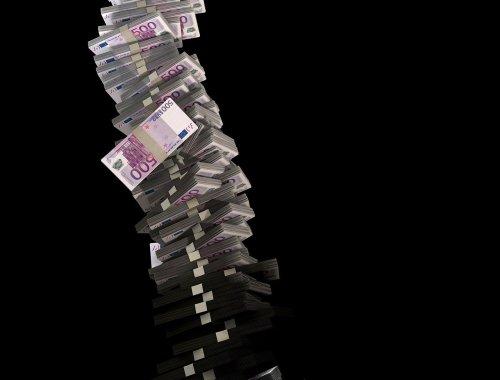 Théorie de la « monnaie hélicoptère »: et si l'Europe donnait un chèque de 770 euros à chaque habitant de l'UE?