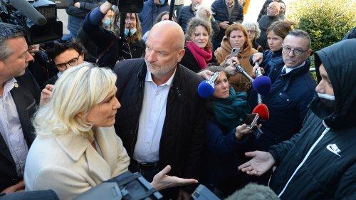 """""""Il faut arrêter de raconter des histoires"""": échange tendu entre Marine Le Pen et un adolescent à Alençon"""