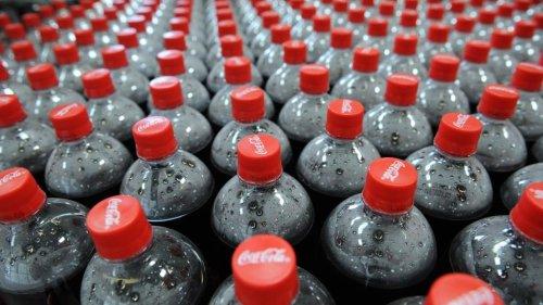 Coca-Cola va commencer à attacher les bouchons à ses bouteilles l'an prochain