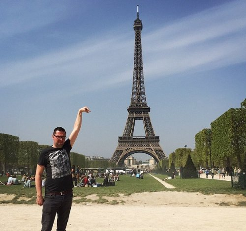 Man asks Internet for Photoshop help on a vacation photo, gets hilariously trolled