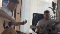 DFB-Stars schmettern 90er-Hit auf der Gitarre