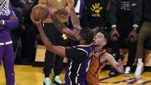 Hier geht Lakers-Star Davis auf seinen Mitspieler los