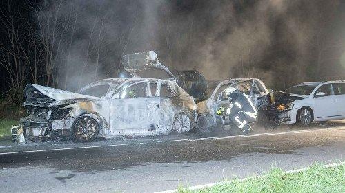 Drei Autos fahren ineinander – zwei brennen komplett aus