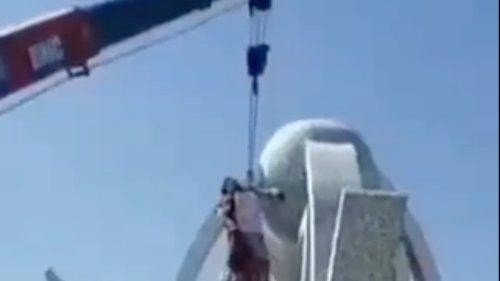 Taliban hängen Getöteten an Kran auf