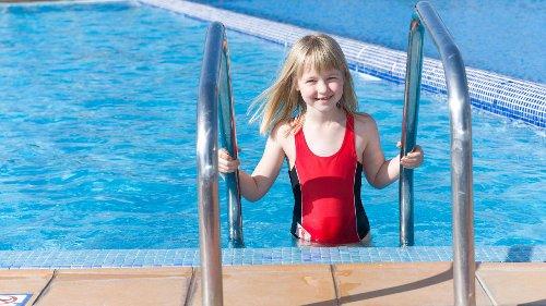 Wie kann ich meinem Kind selbst Schwimmen beibringen?