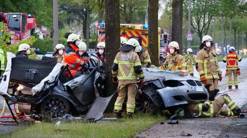 Fahrer und Beifahrer in BMW eingeklemmt