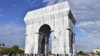 Triumphbogen in Paris verhüllt