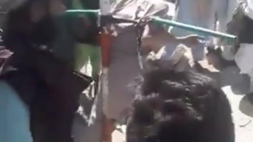 Taliban ketten Mann an und peitschen ihn öffentlich aus