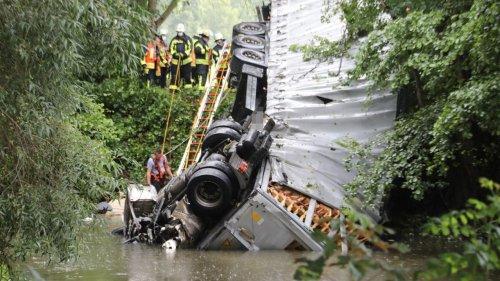 Lkw stürzt von A66-Brücke in Fluss