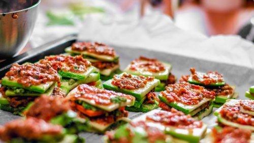 Vegane Zucchini-Lasagne-Schiffchen mit Tomatensoße