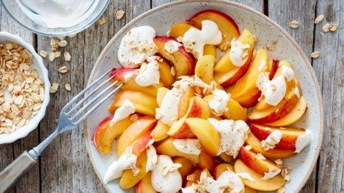 Fruchtig und frisch: Aprikosen-Pfirsich-Teller mit Joghurt