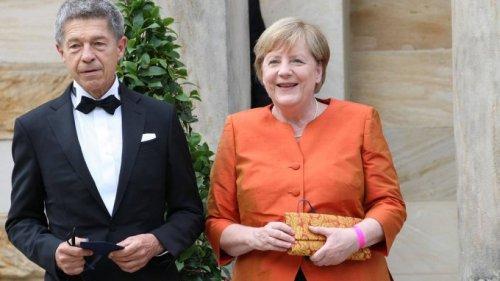 Angela Merkel kam in Orange zu den Bayreuther Festspielen