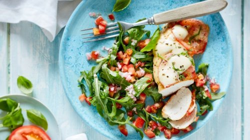 Tomate-Mozarella auf Hähnchenbrustfilet mit leckerem Rucola-Salat