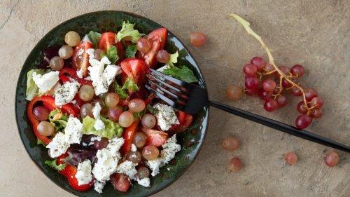 Weintrauben-Salat mit Feta und Tomate: So verführerisch
