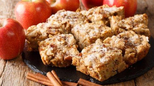 Leckere gebackene Apfelriegel mit knackigen Nüssen