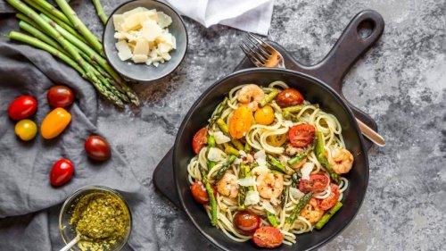 Raffinierte Spargel-Garnelen-Pasta mit frischen Tomaten