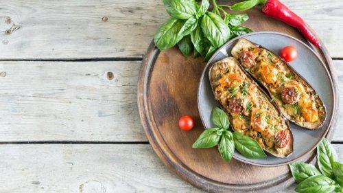 Vegetarisch gefüllte Aubergine mit Champignons, Tomaten & Käse