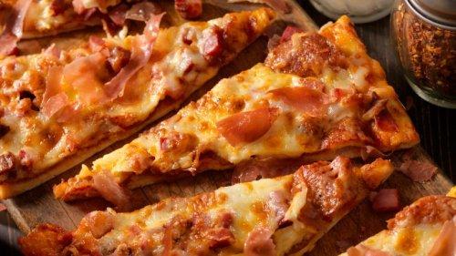 Himmlisch schlotzige Schüttelpizza mit Schinken & Salami