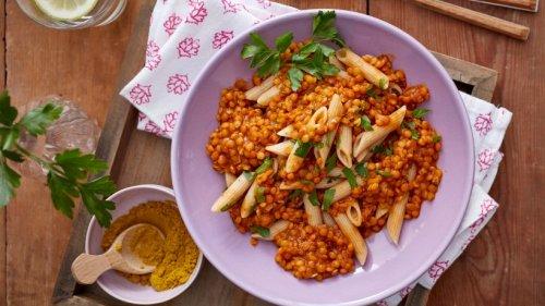 Auf die Schnelle: Kalorienarme Vollkorn-Penne mit Linsen und Curry