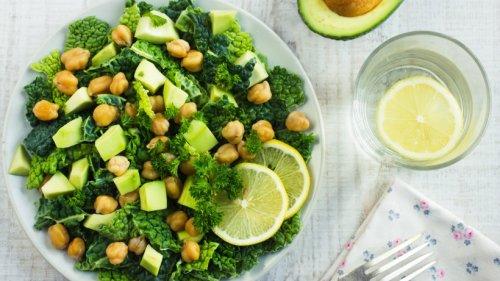 Lauwarmer Wirsingsalat mit Kichererbsen und Avocado