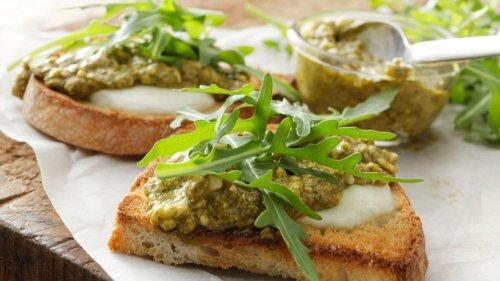 Knusprige Bruschetta mit Knoblauch-Pesto und Mozzarella