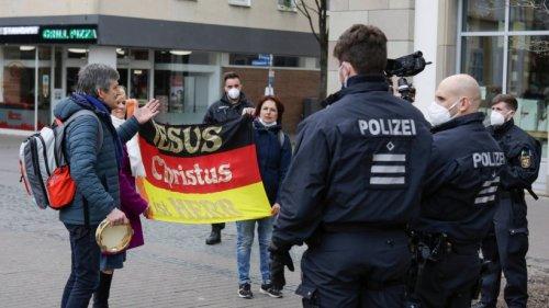 Bibelsicherer Polizist erklärt Querdenkern das Prinzip der Nächstenliebe