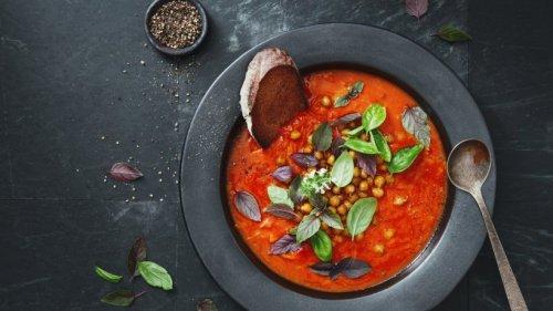 Orientalische Suppe mit Tomaten, Kichererbsen und Feta