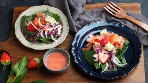 Lachssalat mit frischen Erdbeeren und Löwenzahn