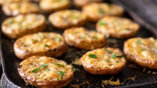 Aus dem Ofen: Parmesan-Kartoffeln mit Kräutern und Knoblauch