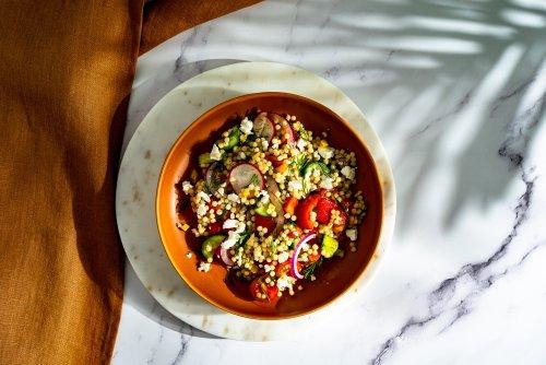 Schneller Perl Couscous Salat mit Za'atar und Dill