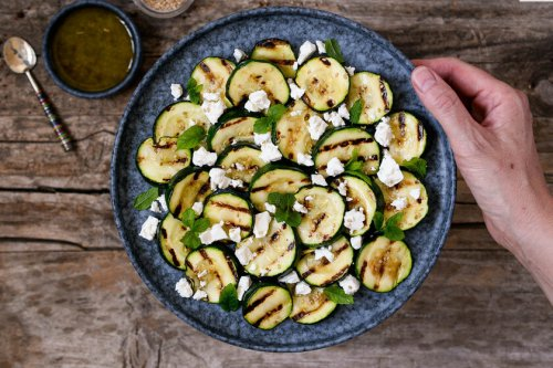 Ensalada de calabacín a la plancha, queso feta y menta, receta fácil y ligera lista en 20 minutos