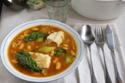 Potaje de alubias y bacalao con pak choi y curry, la original receta de Cuaresma con toque oriental para sorprender a la familia