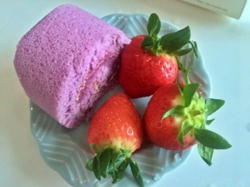 """[10줄리뷰]""""밥 먹었니?"""" 이모가 사다 준, 블루베리 롤케이크와 딸기 한 팩"""