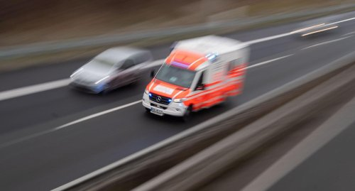Waghäusel-Kirrlach: Radfahrer verletzt sich bei Kollision mit Auto schwer