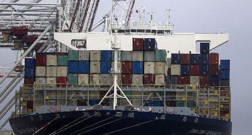 Ware aus Karlsruhe hängt auf Ever Given beim Suezkanal fest