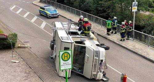 Wohnmobil kippt in Oppenau auf Hauptstraße um