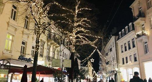 Zum Sommeranfang geht es in Baden-Baden um Weihnachtsbeleuchtung