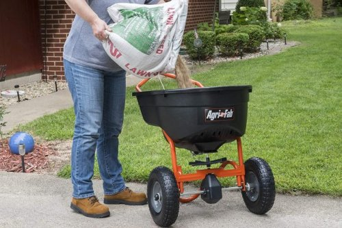 The Best Fertilizer Spreader To Help You Grow a Lush Lawn