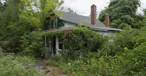 Here Are My Photos From When I Explored The Abandoned Home Of A WWII Veteran