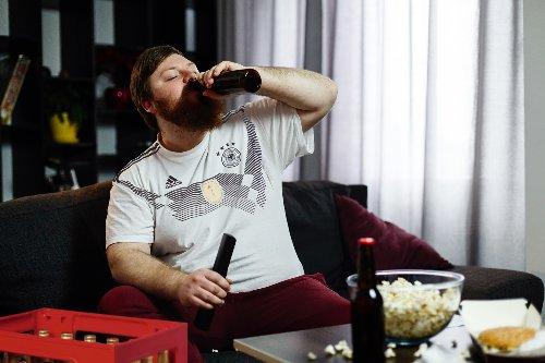 Mit 6 Kästen Bier auf dem Sofa: Fußballfan beginnt EM-Trainingslager