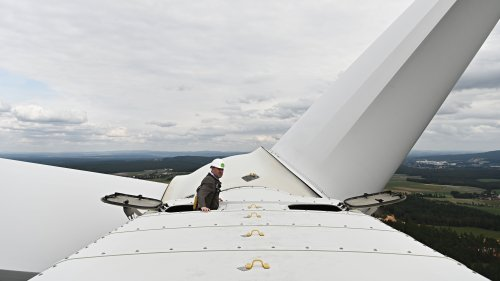 Aiwanger fordert hunderte neue Windräder in Bayerns Wäldern