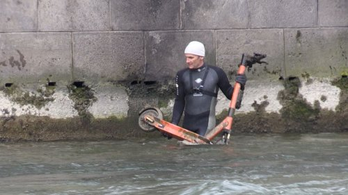 Isarfischer sammeln E-Scooter aus der Isar