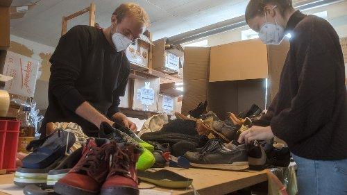 Ehrenamtliche sortieren 24 Stunden lang Schuhe in Würzburg